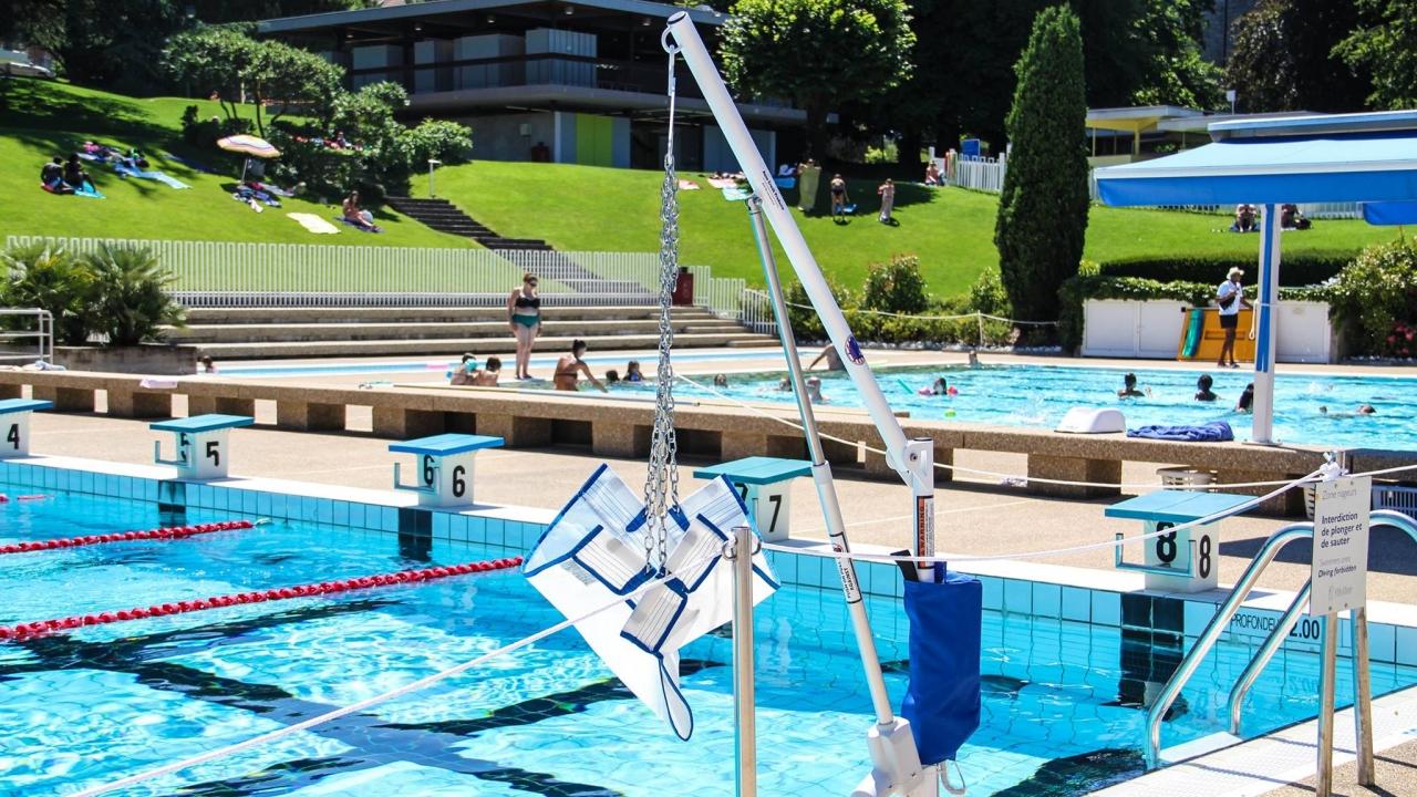 Un acc s handicap pour la piscine d evian for Piscine pour handicape moteur