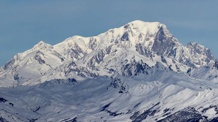 Un avion de tourisme au sommet du Mont-Blanc