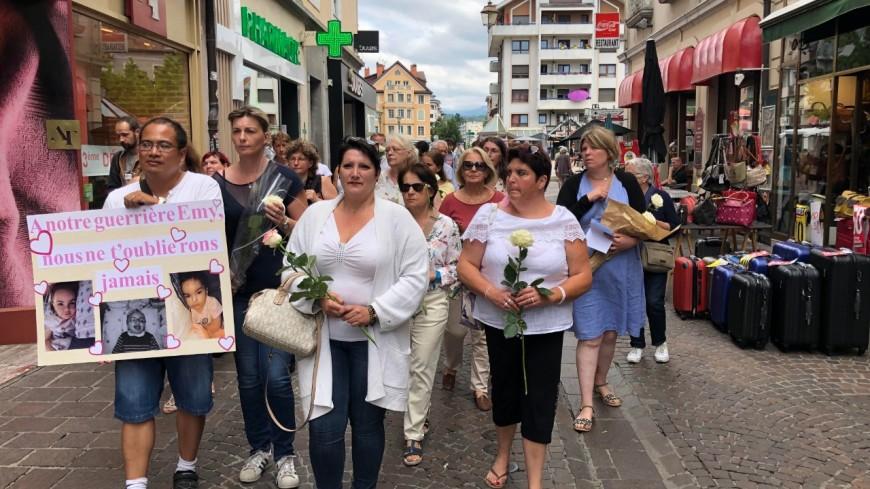 """Une foule émue pour la """"marche blanche"""" en hommage à la petite Emy à Thonon"""