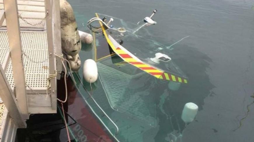Un bateau de pompier sous le lac Léman