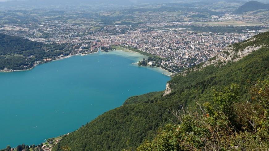 Annecy : table ronde sur l'eau en montagne