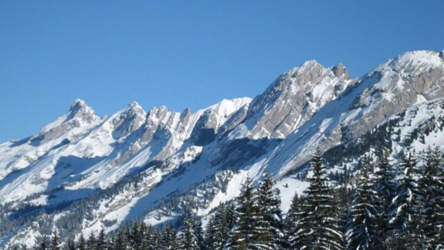 Une avalanche sur la route du col des Aravis
