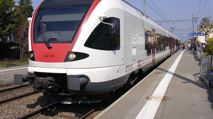 Le pare-brise d'un train touché par du métal