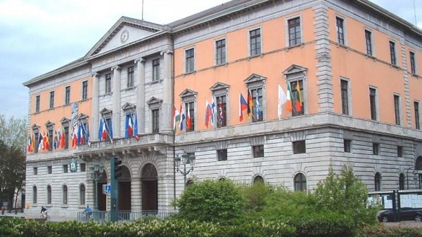 800 agents devant la mairie d'Annecy