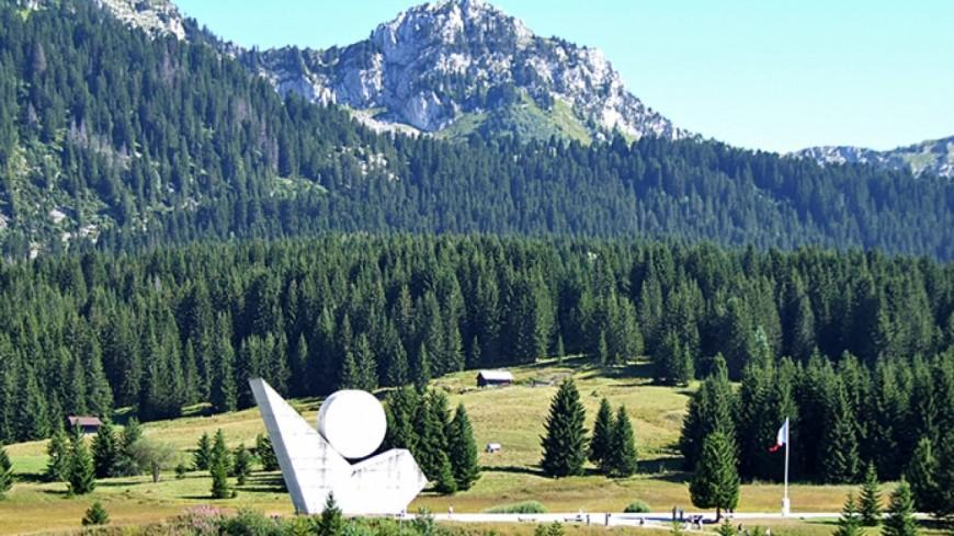 Un avion militaire au plateau des Glières