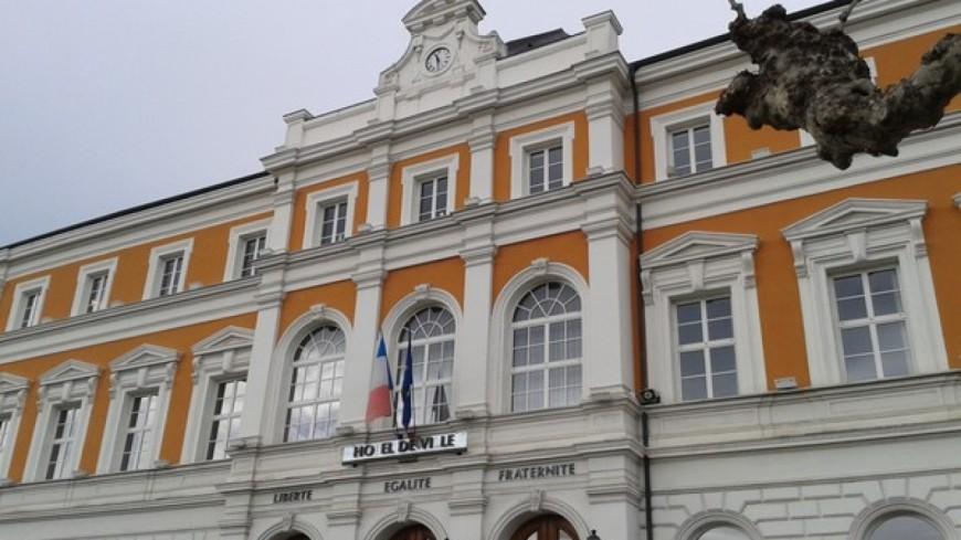 Les écoliers de Saint-Julien devant la mairie !